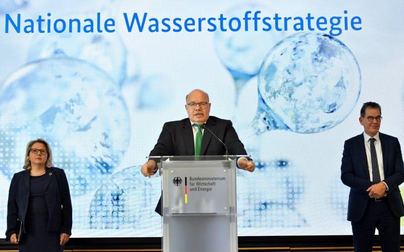国家水素戦略を発表するアルトマイヤー経済相(中)(2020年6月10日、ベルリン)=ロイター