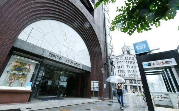 路線価が35年連続で全国1位となった東京・銀座の「鳩居堂前」(1日)