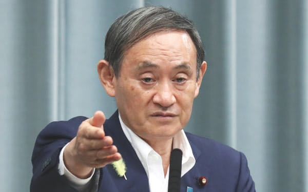 約3カ月ぶりにマスクを外して記者会見する菅官房長官(1日、首相官邸)