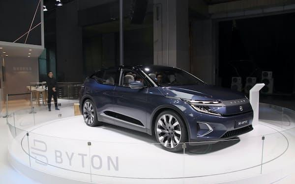 中国の新興EVメーカー、拜騰(バイトン)はEVの量産が遅れていた(2019年末、広東省での展示)