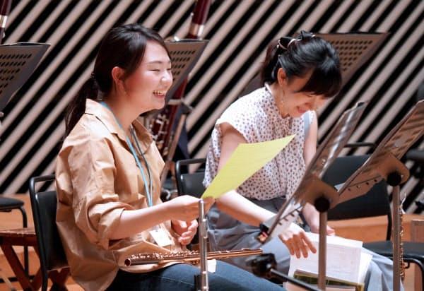 久々に集まったリハーサルで笑顔を見せる楽団員(6月24日、川崎市の「ミューザ川崎」)