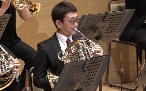 3カ月ぶりの定期演奏会で演奏する大野さん