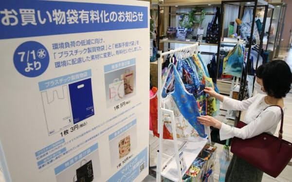 マイバッグの売り場で品定めする客の姿も(1日、東京都豊島区の東武百貨店池袋店)