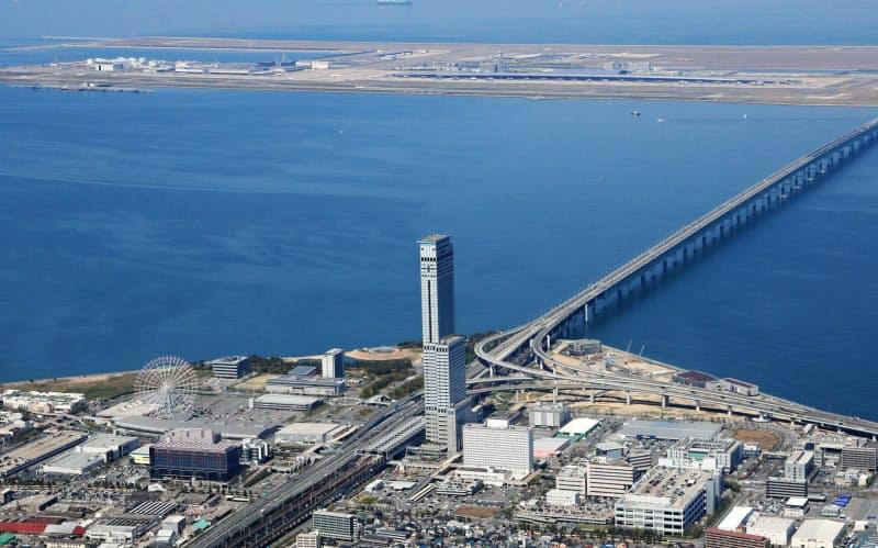 スターゲイトホテル関西エアポートは関空の対岸に位置する超高層ビル(写真中央)内にある(大阪府泉佐野市)