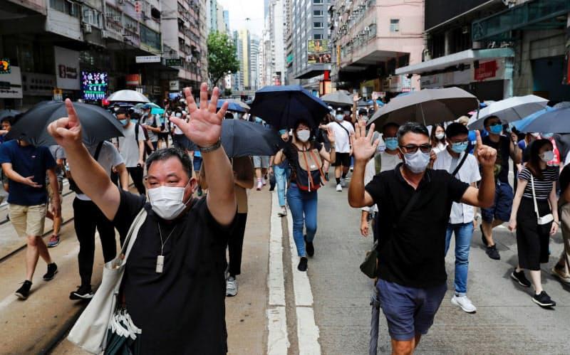 国家安全法に抗議し行進する人たち(1日、香港)=ロイター