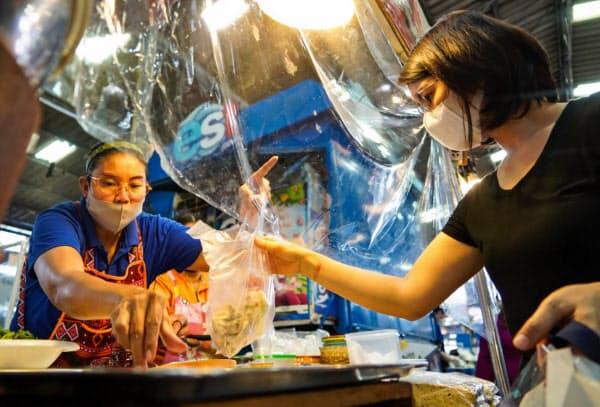 持ち帰りやデリバリーの増加で、タイでは使い捨てプラスチックの消費が増える(5月、バンコク)=小高顕撮影