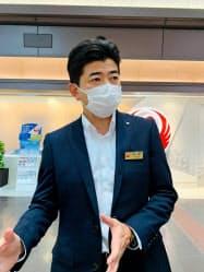 インタビューに答えるJALの本田俊介執行役員(1日、羽田空港)