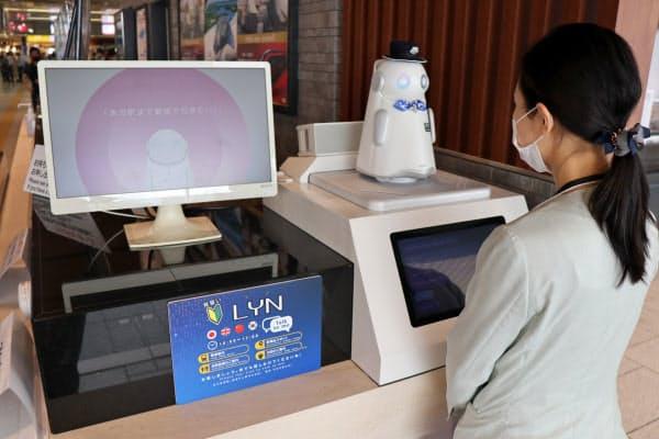 改札外では小型ロボット「リン」が乗り換えや切符の買い方を教えてくれる