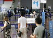 羽田空港第2ターミナルで再開された全日空の保安検査場前に設置されたサーモグラフィー(1日)=共同