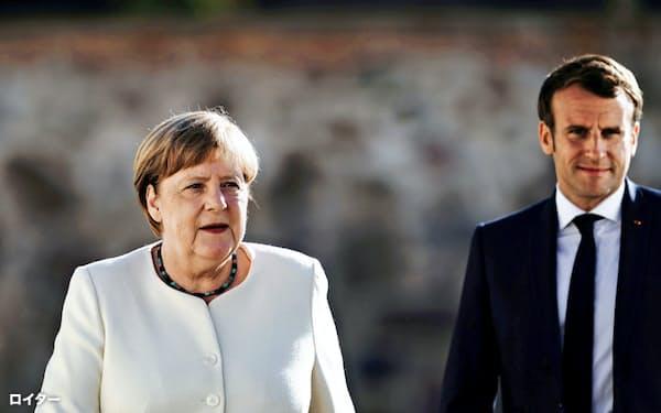 メルケル独首相(左)とマクロン仏大統領=ロイター