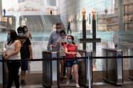 欧州ではギリシャなどが観光客の受け入れ再開に積極的だ(6月、アテネのアクロポリス博物館)=ロイター