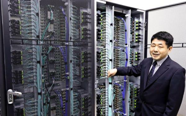 名古屋大が運用を始めたスーパーコンピューター「不老(フロー)」と解説する同大の森健策・情報基盤センター長(1日、名古屋市)=共同