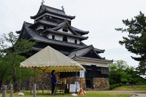 再開された松江城天守。検温などを実施するためのテントが設置された