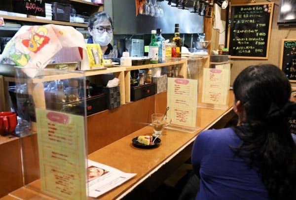 新型コロナ対策として席にアクリル板の仕切りを設けて営業する居酒屋(1日、名古屋市中区)