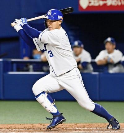 4回中日2死三塁、高橋が中前に適時打を放つ(1日、ナゴヤドーム)=共同
