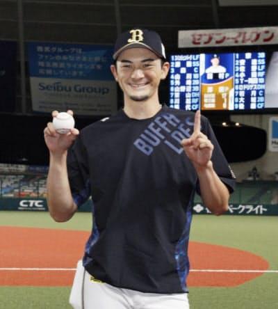 プロ初勝利を挙げ、ウイニングボールを手に笑顔のオリックス鈴木(1日、メットライフドーム)=共同