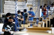 6月の米製造業景況感指数は大幅に回復した(6月16日、ニュージャージー州の家具組み立て工場)=ロイター