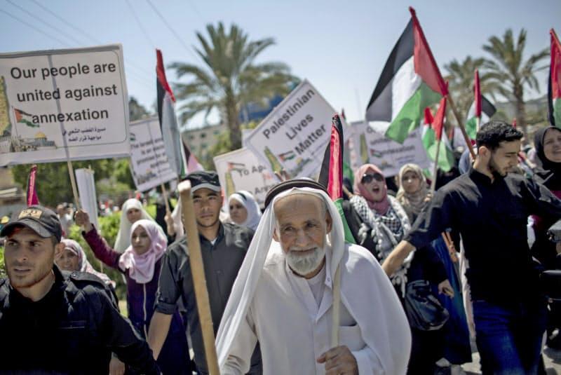 イスラエルのパレスチナ自治区一部併合に反対するガザ地区の住民ら(1日)=AP