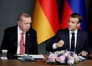 フランスとトルコの関係が悪化している(写真は2018年、マクロン仏大統領(右)とトルコのエルドアン大統領)=ロイター