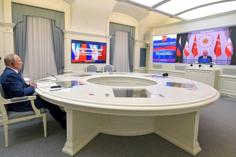 1日、イラン、トルコ首脳とのビデオ会議に出席するプーチン大統領(モスクワ)=ロイター