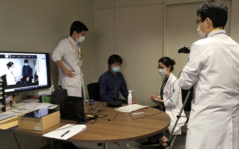 名古屋大医学部のオンライン講義では神経内科の模擬診療の様子を医学生らにリアルタイムで配信する