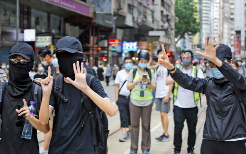 香港の繁華街コーズウェイベイからワンチャイまでデモ行進する市民ら(1日)=共同