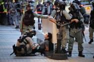 1日、デモ参加者を取り調べる香港警察=AP