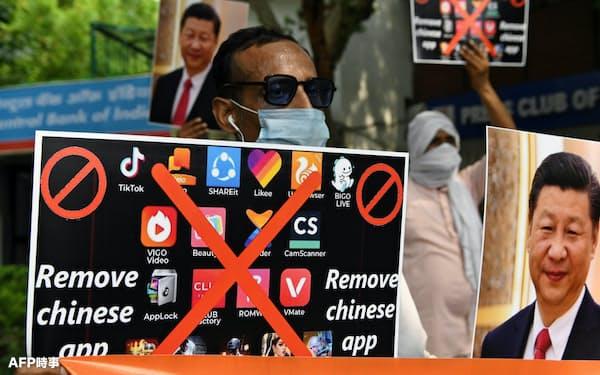 中国製アプリの使用中止を訴えるインドのデモ(6月30日)=AFP時事
