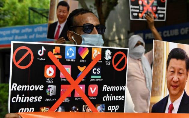 中国製アプリの使用中止を訴えるインドのデモ(6月30日、AFP時事)