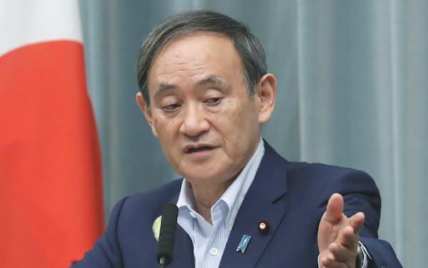 記者会見する菅官房長官(2日午前、首相官邸)