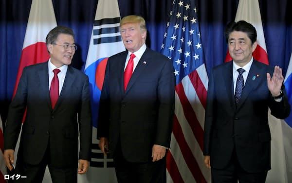 日韓や米韓の対立は日米韓の安保協力に悪影響を与える(左から韓国の文大統領、トランプ米大統領、安倍首相)=ロイター