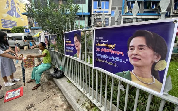 都市部でのスー・チー氏への支持は圧倒的だが少数民族地域では反発も(6月、ヤンゴンでスー・チー氏の誕生日を祝賀する垂れ幕)