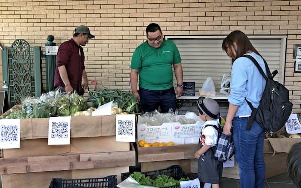 ヤサイバーは野菜直売所の運営や検索・決済アプリを手がける
