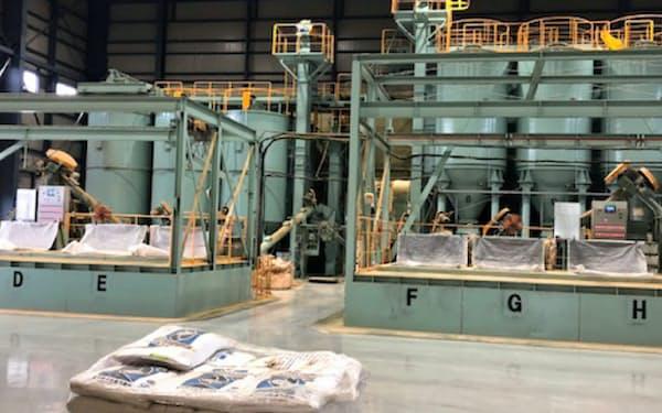 新しい工場棟内に魚粉の検査設備などを導入し、生産能力を引き上げる(北九州市)