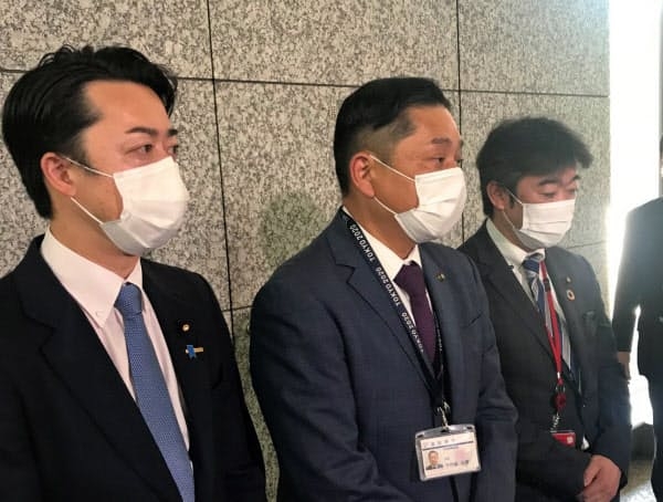 報道陣の取材に応じる千代松市長(中)(2日、東京・霞が関)