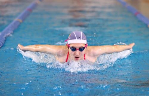得意のバタフライ含む4泳法をこなし、順調な回復ぶりを見せる=代表撮影