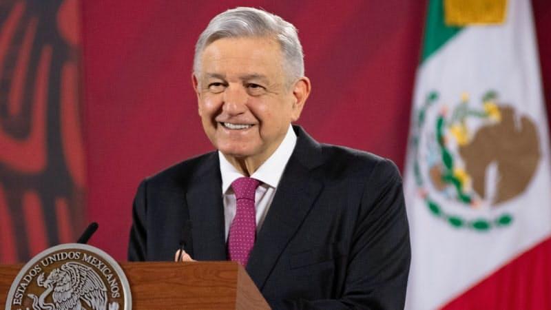 会見するロペスオブラドール大統領(1日、メキシコシティ、メキシコ大統領府提供)