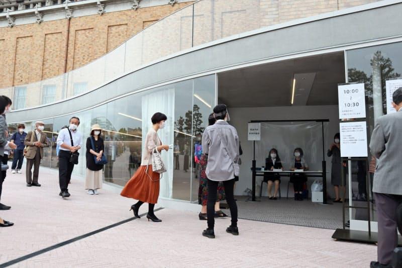 京都市京セラ美術館は入り口で予約を照会する(京都市左京区)