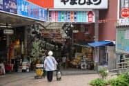 熱海駅前の商店街には人通りが戻りつつある