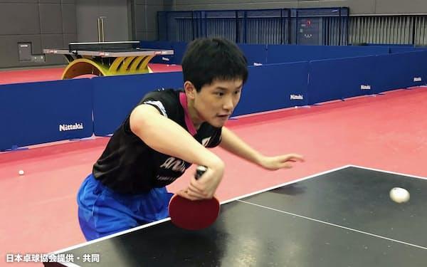 卓球のナショナルチームの合宿に参加し、練習する張本智和(2日、東京都北区の味の素ナショナルトレーニングセンター)=日本卓球協会提供・共同