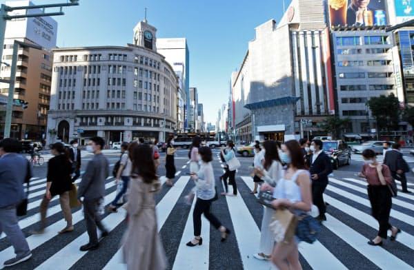 マスク姿で東京・銀座の繁華街を行き交う人たち(2日)