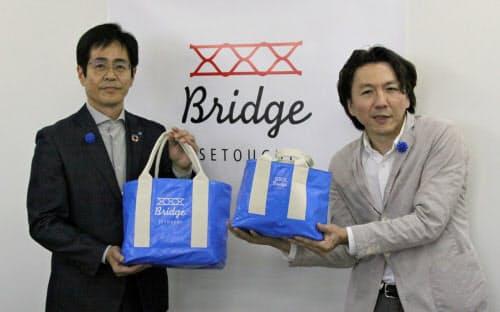 トートバッグを手にする萩原工業の浅野社長(左)ら(2日、岡山県倉敷市)