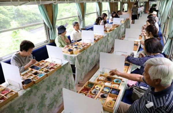 再開した明知鉄道の「食堂車」は客席間に仕切りを設置した