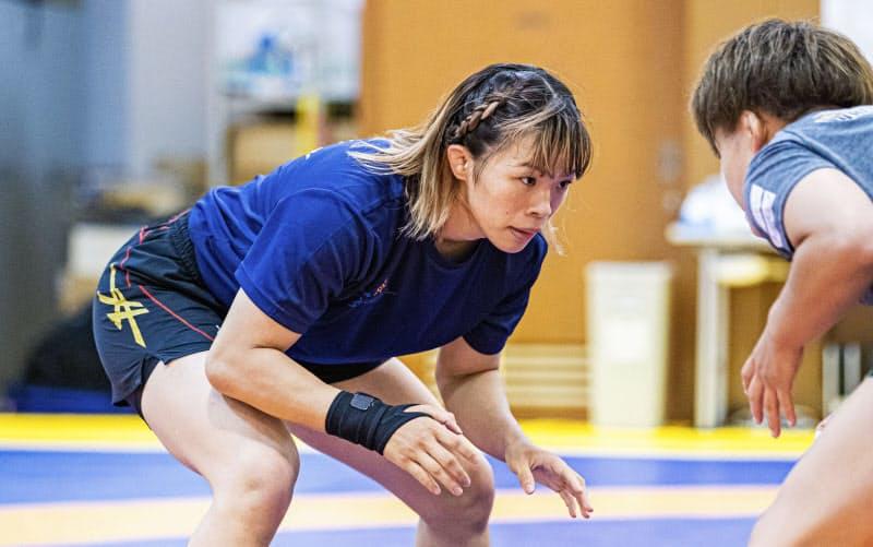 レスリング女子の強化合宿で汗を流す、東京五輪57キロ級代表の川井梨紗子(2日、東京都北区の味の素ナショナルトレーニングセンター)=日本レスリング協会提供・共同