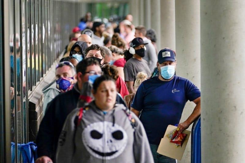 失業保険の申請手続きに並ぶ人々(米ケンタッキー州)=ロイター