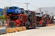 トヨタの車を運ぶトレーラー(6月30日、メキシコ北西部ティファナ)=ロイター