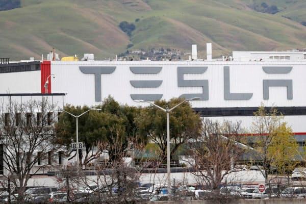 新型コロナの影響でEV生産を一時止めたテスラのフリーモント工場(米カリフォルニア州)=ロイター