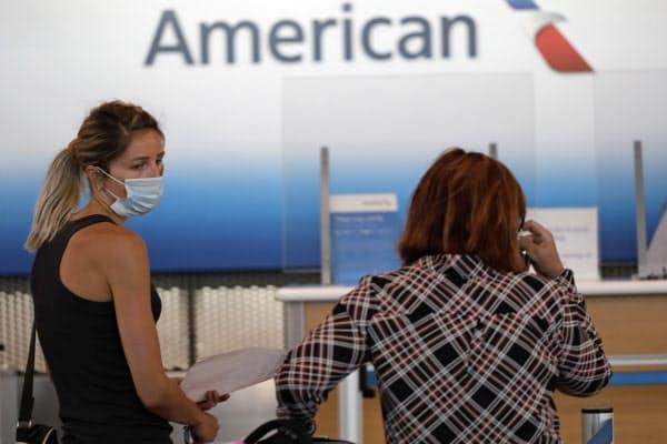 コロナ拡大が旅客需要に重くのしかかる(6月、米シカゴ)=AP