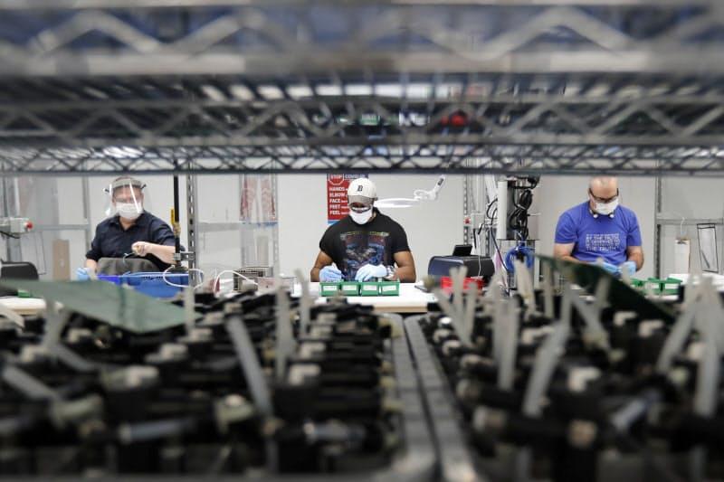 人工呼吸器を組み立てる労働者(米ミシガン州)=AP