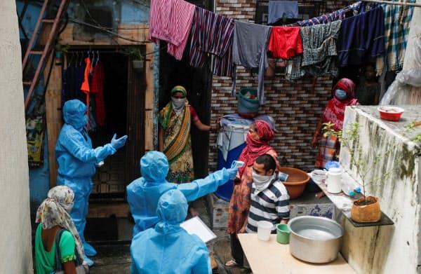 インドでは貧民街で感染が拡大している(1日、ムンバイ)=ロイター